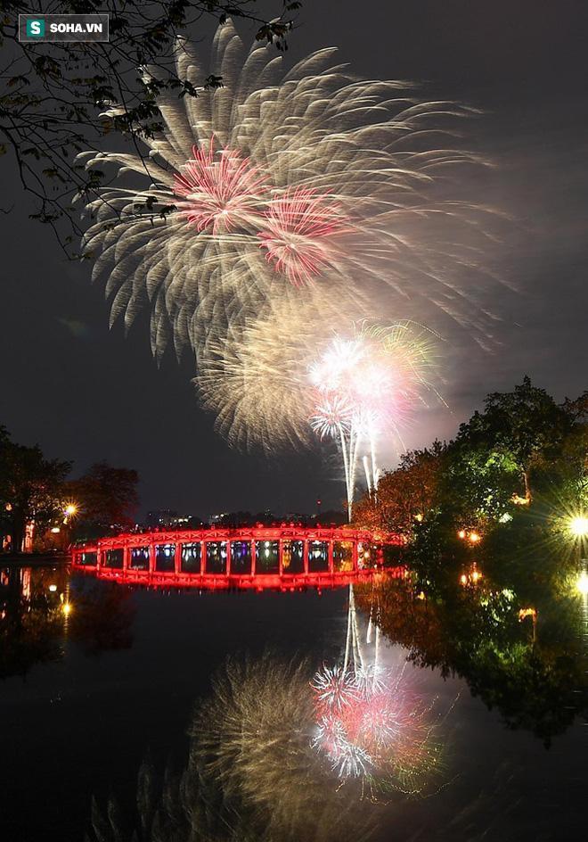 Màn pháo hoa chào đón Xuân Canh Tý 2020 tại bờ hồ Hoàn Kiếm, Hà Nội.