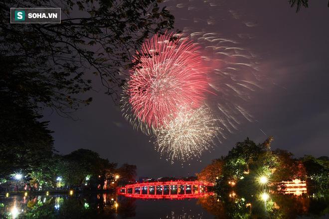 Pháo hoa rực rỡ trên nền cầu Thê Húc, Hoàn Kiếm, Hà Nội