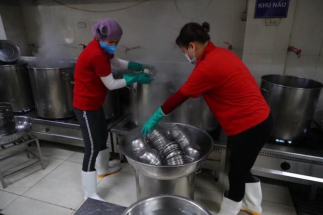 Diệt khuẩn các vật dụng trong bếp ăn bán trú, phòng chống dịch tại Trường tiểu học Nghĩa Đô (Cầu Giấy, Hà Nội) (Ảnh: DUY LINH)