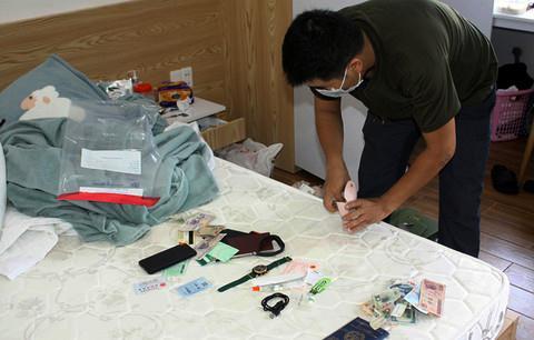 Lực lượng Công an thu giữ vật chứng, tài liệu liên quan đến vụ án tại nơi ở của hung thủ (Ảnh CA.TPHCM)