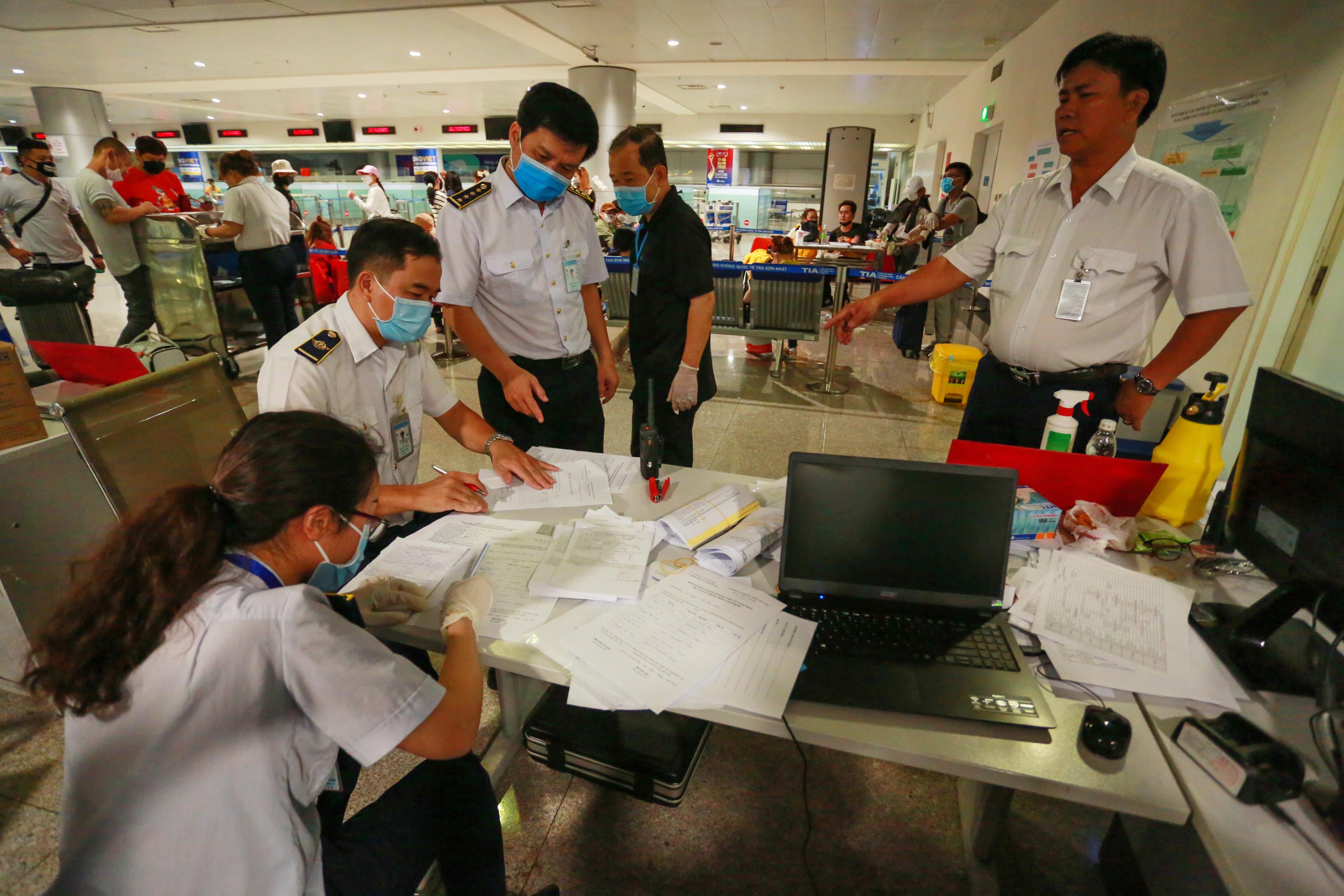 Chiều 26/2, Trung tâm kiểm dịch y tế Quốc tế hoạt động hết công suất để triển khai các quy trình kiểm dịch tại sân bay Tân Sơn Nhất (TP.HCM), nhằm phòng ngừa Covid-19 với hành khách bay từ Hàn Quốc tới Việt Nam