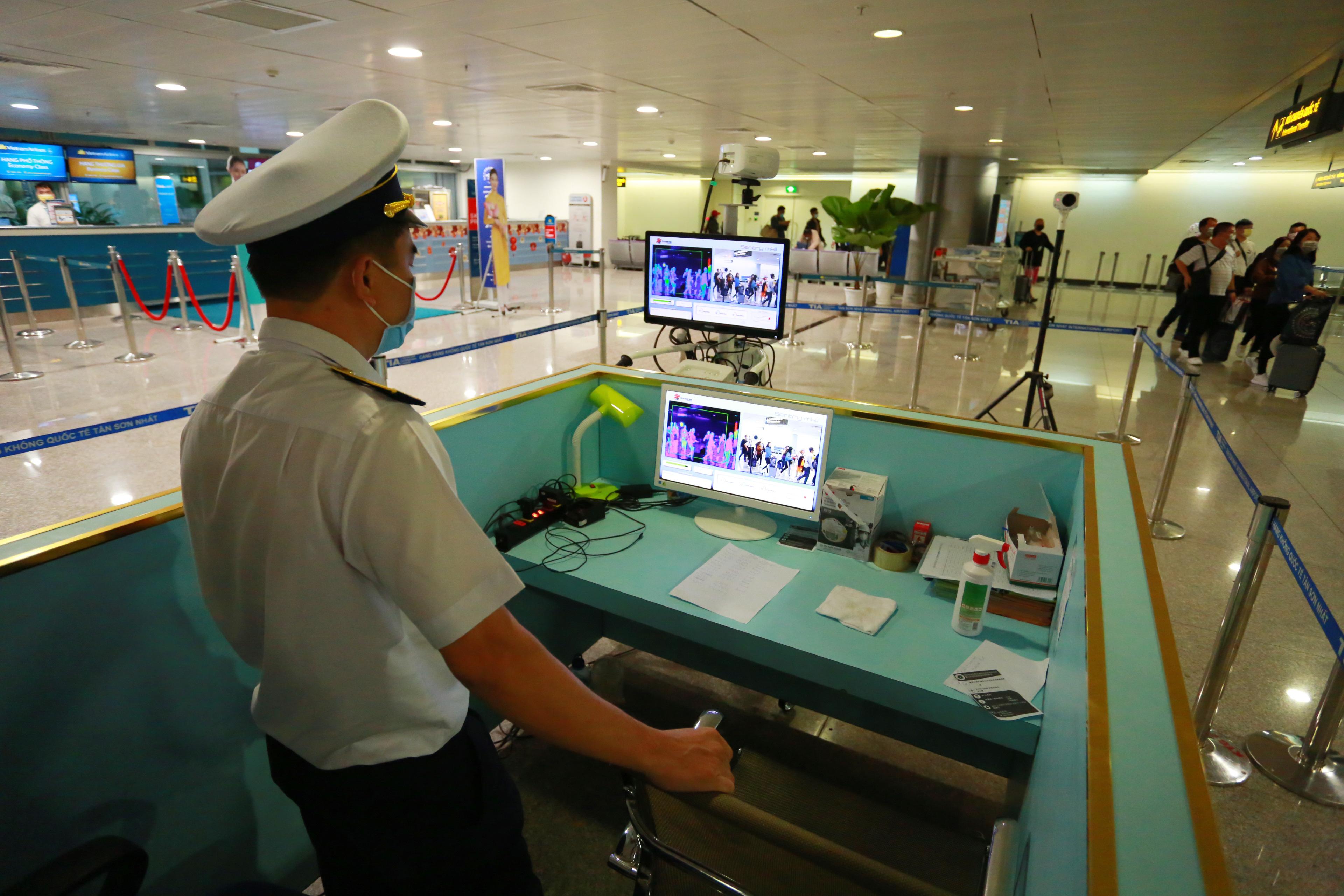 Các hành khách từ Hàn Quốc sau khi đáp xuống sân bay, sẽ phải đi qua khu vực máy chiếu thân nhiệt để kiểm tra sơ bộ. Sau đó, họ tới khu vực riêng để kiểm tra sức khoẻ y tế.