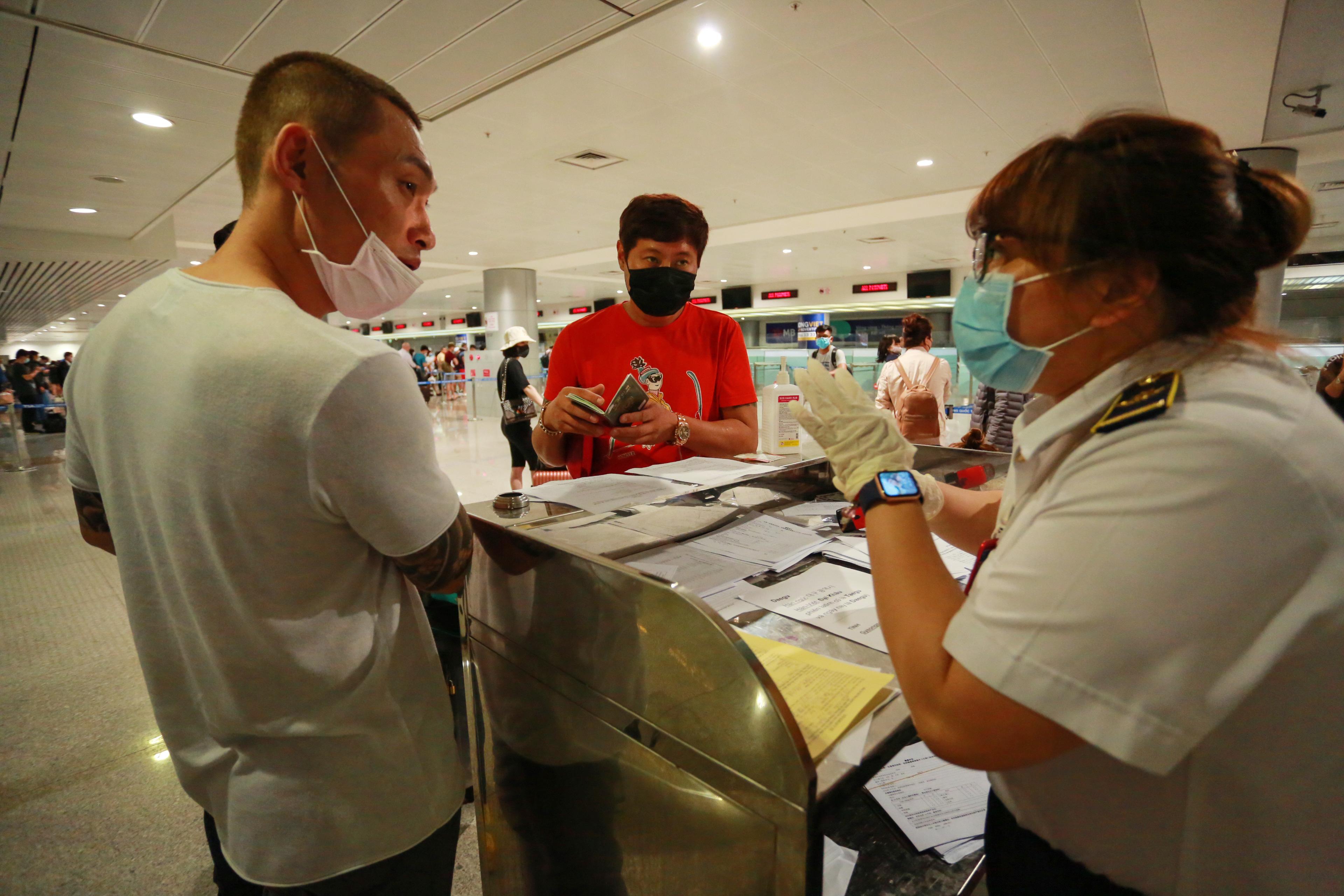 Tại đây, nhân viên sẽ hỗ trợ khách làm tờ trình khai báo y tế.
