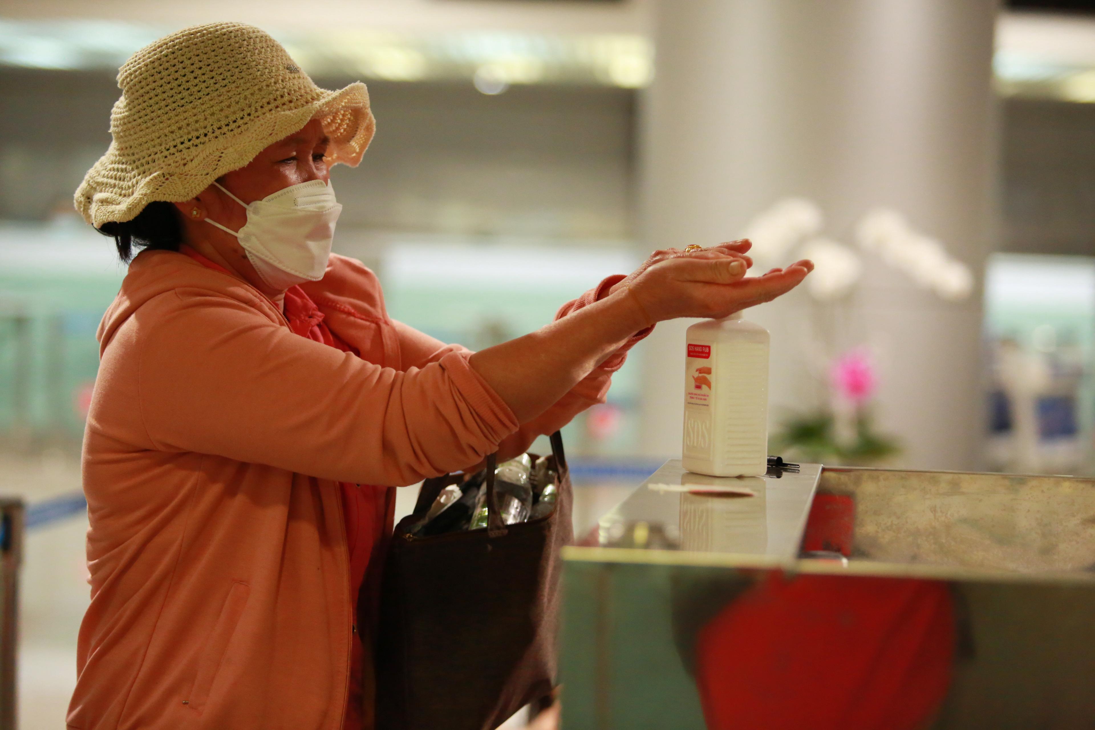 Ông Nguyễn Hồng Tâm - Giám đốc trung tâm kiểm dịch y tế Quốc tế cho biết, kể từ hôm nay (26/2), toàn bộ hành khách trở về từ Hàn Quốc đều phải cách ly 14 ngày. Trường hợp hành khách không hợp tác cách ly, sẽ sắp xếp để về lại Hàn Quốc.
