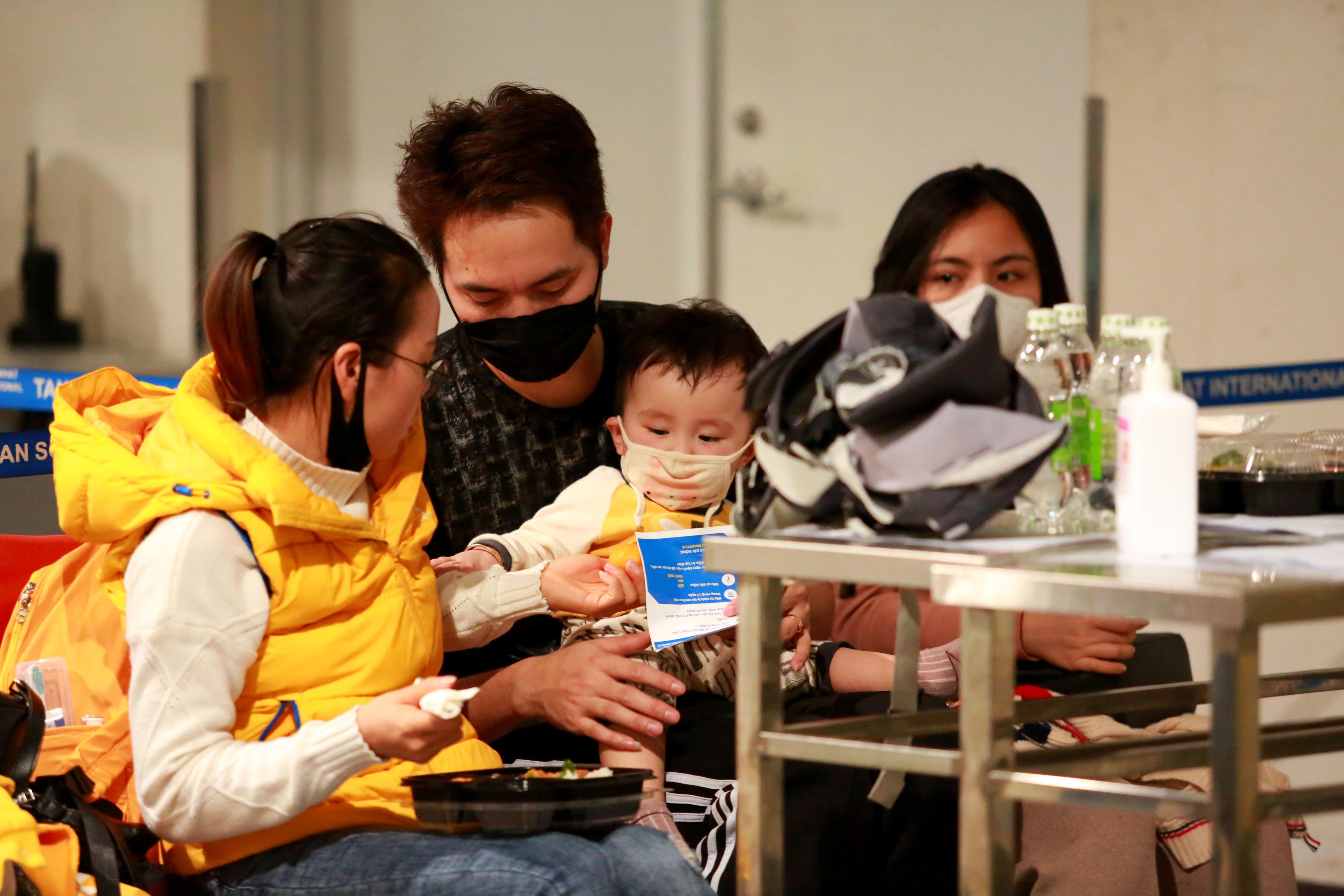 Trong nhiều ngày nay, nhiều người Việt trở về từ Hàn Quốc đã được kiếm tra sức khoẻ, đồng được đưa về các cơ sở y tế bố trí sẵn để cách ly 14 ngày.