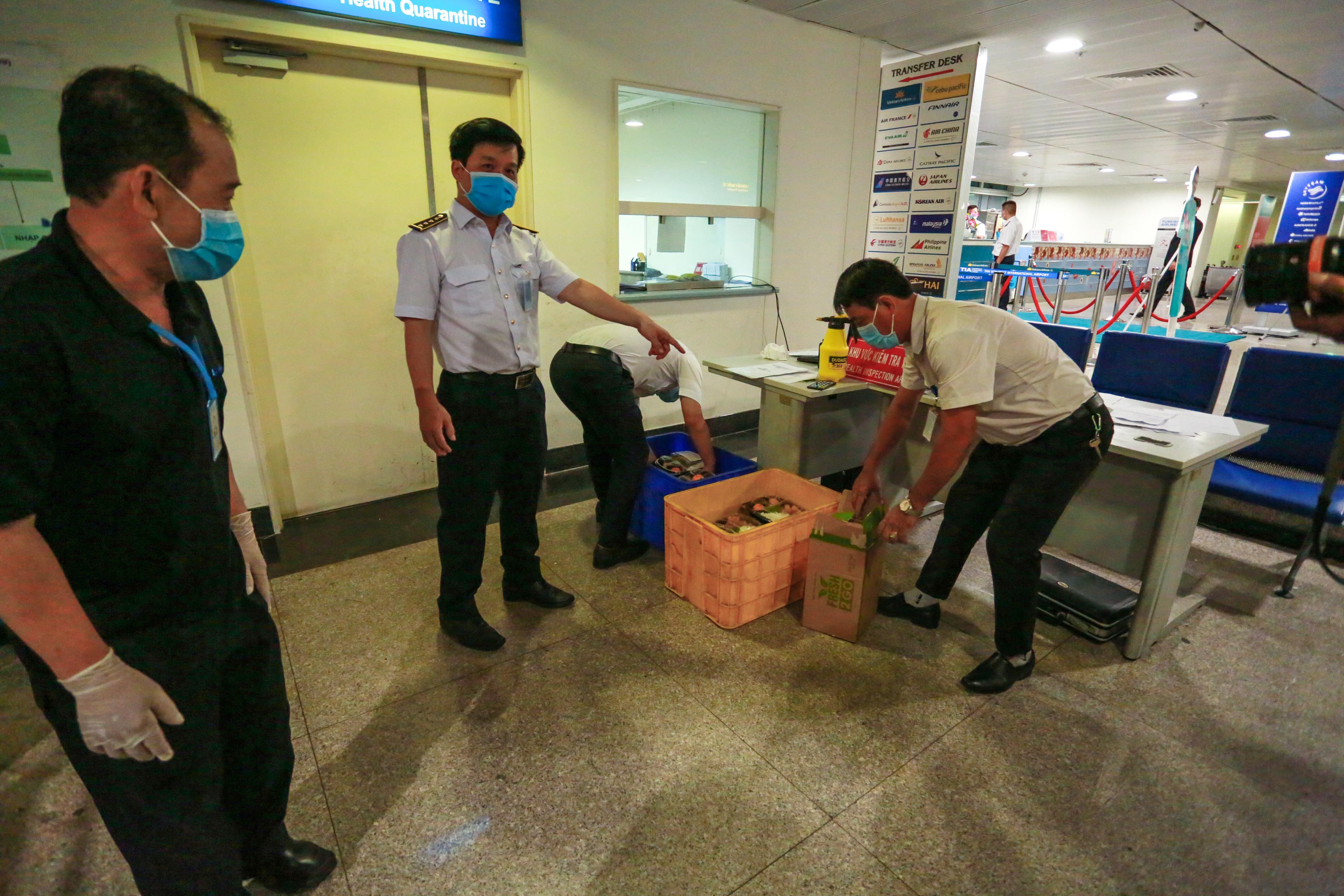 Trong khi làm thủ tục kiểm tra y tế, hành khách sẽ được các đơn vị ở đây hỗ trợ ăn uống.
