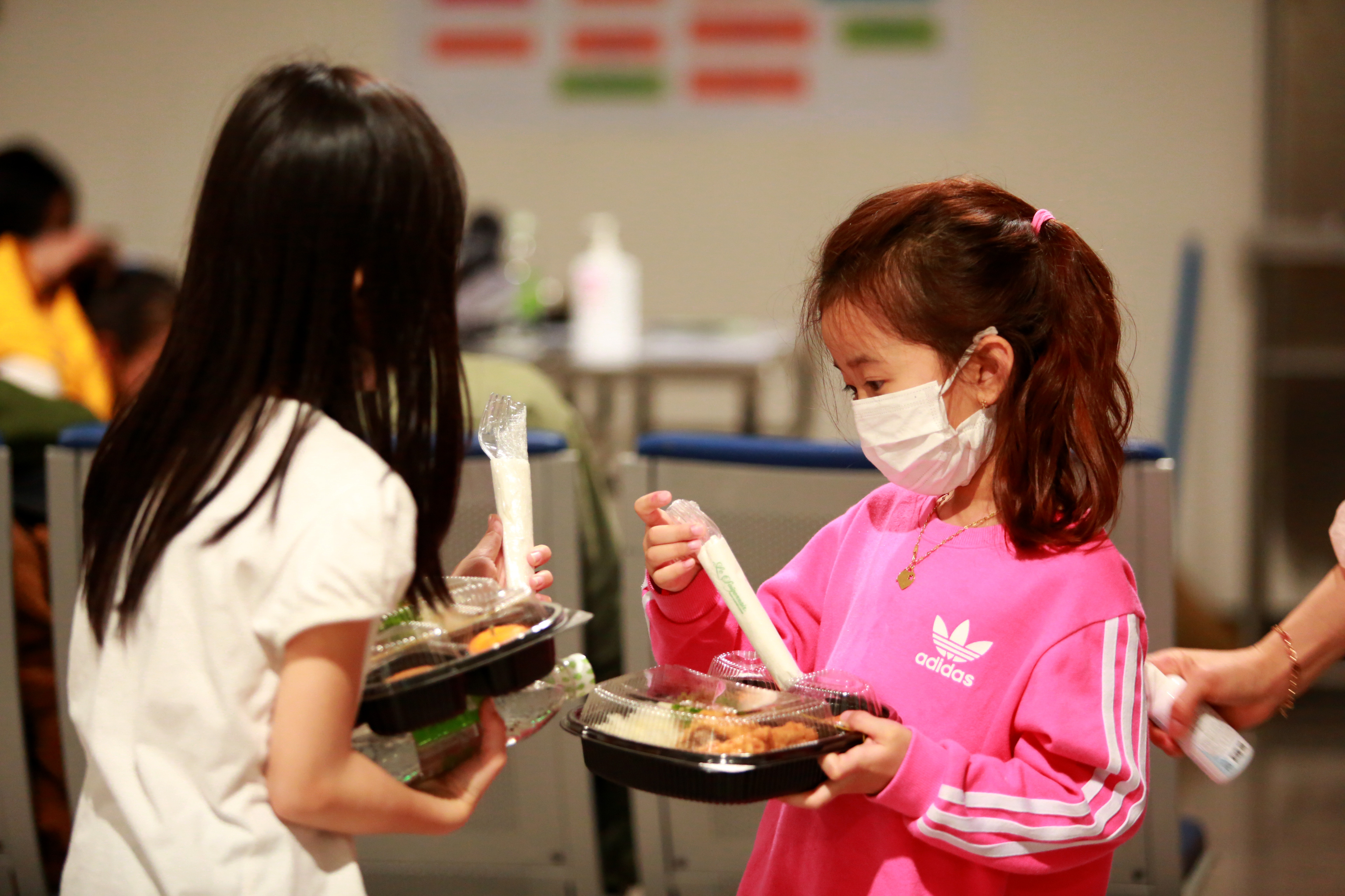 Trong chiều 26/2, có rất nhiều hành khách là người già và trẻ em trở về từ sân bay Incheo (Seoul, Hàn Quốc).