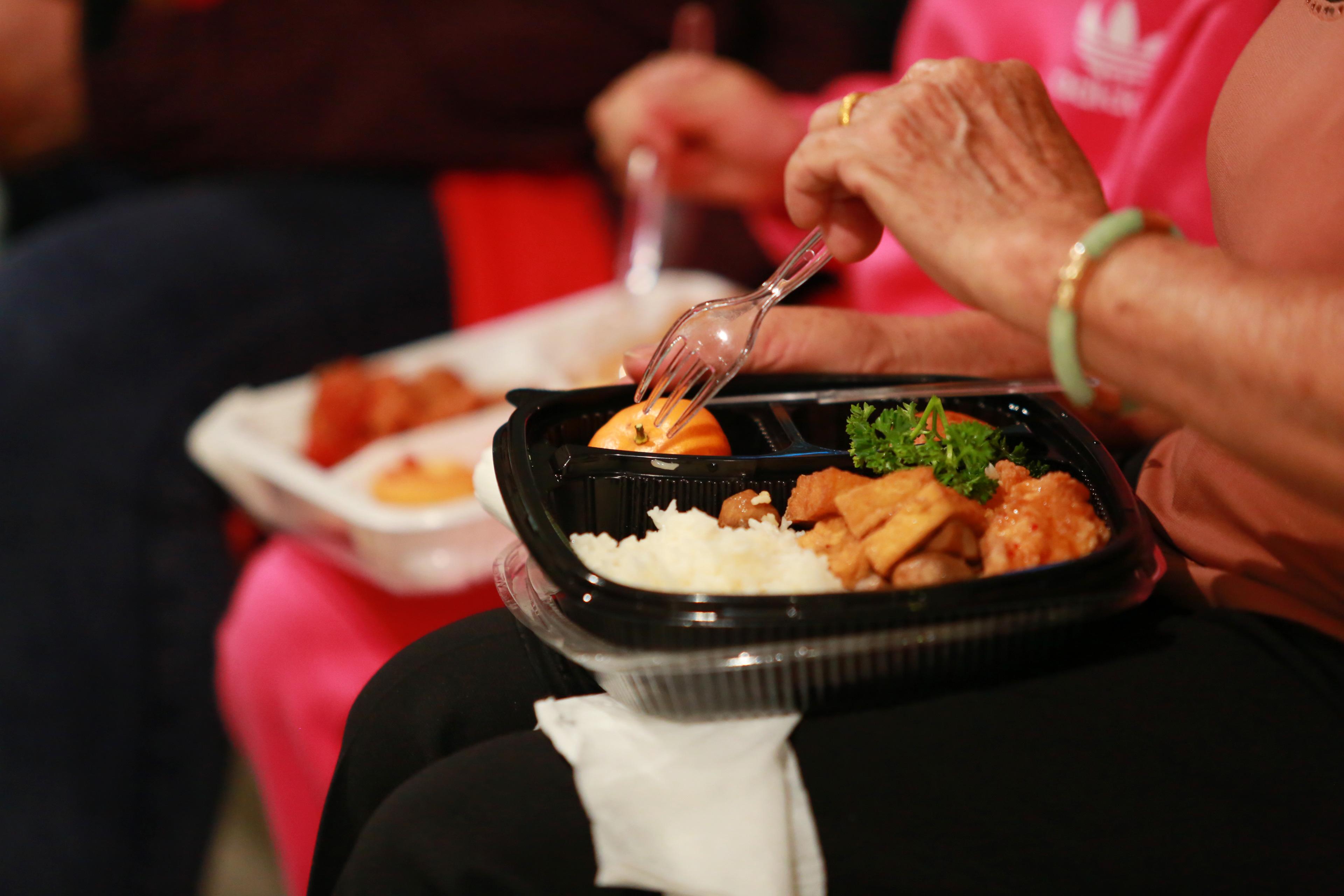 Khẩu phần ăn của hành khách được phát miễn phí.