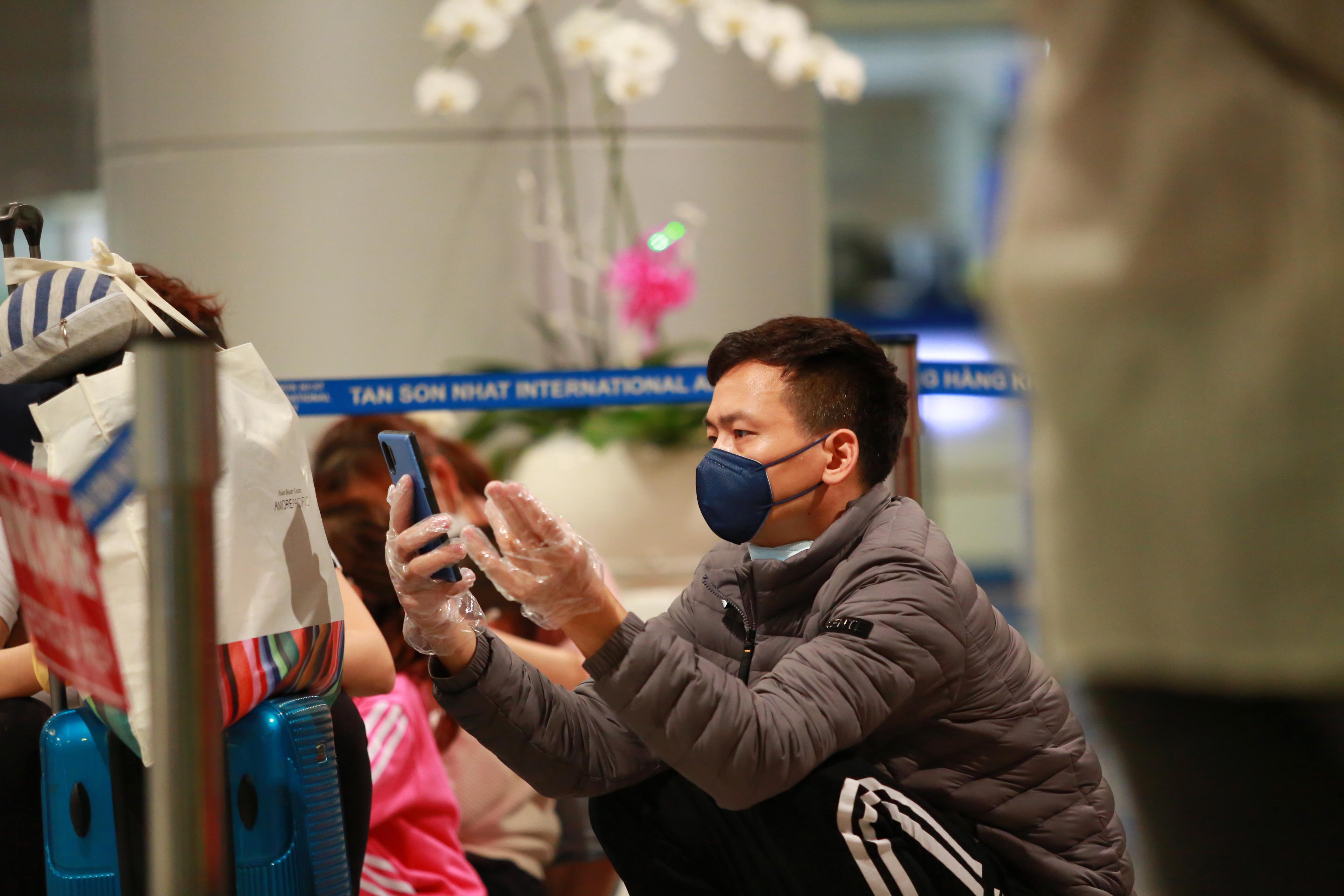 Các hành khách trở về từ Hàn Quốc đa số tự trang bị khẩu trang, găng tay để phòng chống dịch.