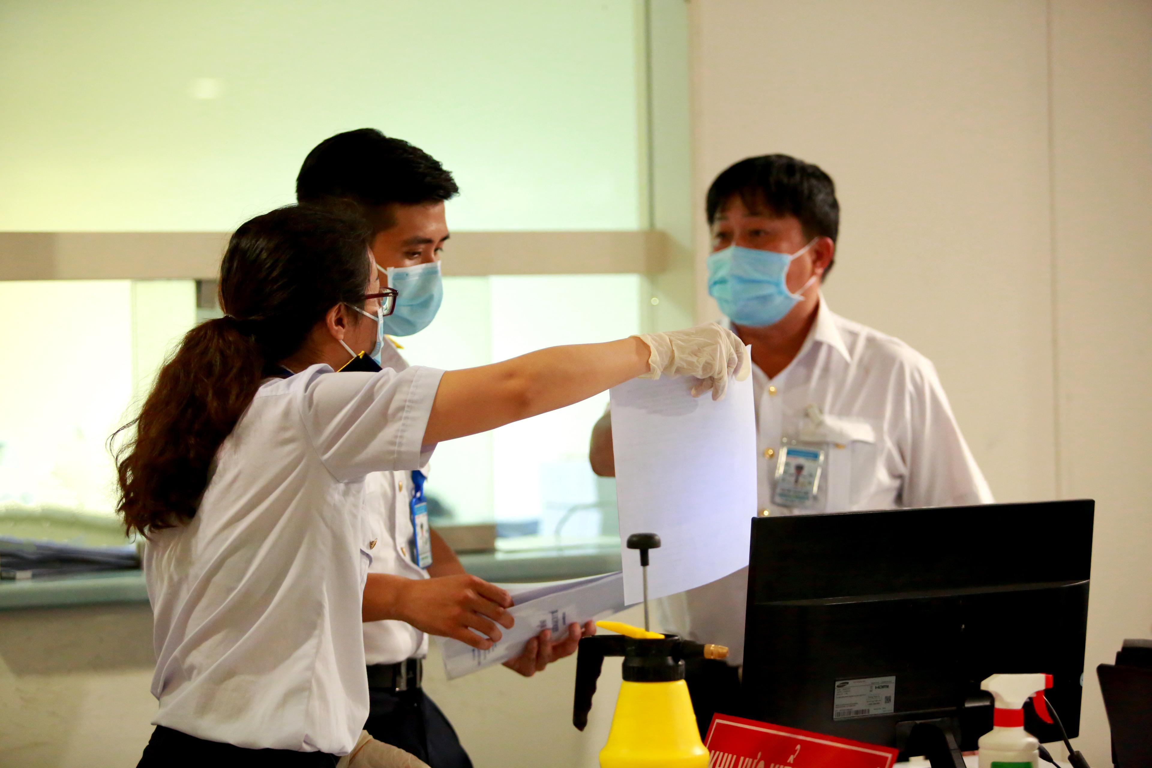 Trong chiều 26/2, lực lượng làm nhiệm vụ phát hiện 3 trường hợp có dấu hiệu sốt và lập tức được tách riêng, chuyển về Bệnh viện Nhiệt Đới TP.HCM cách ly và theo dõi.