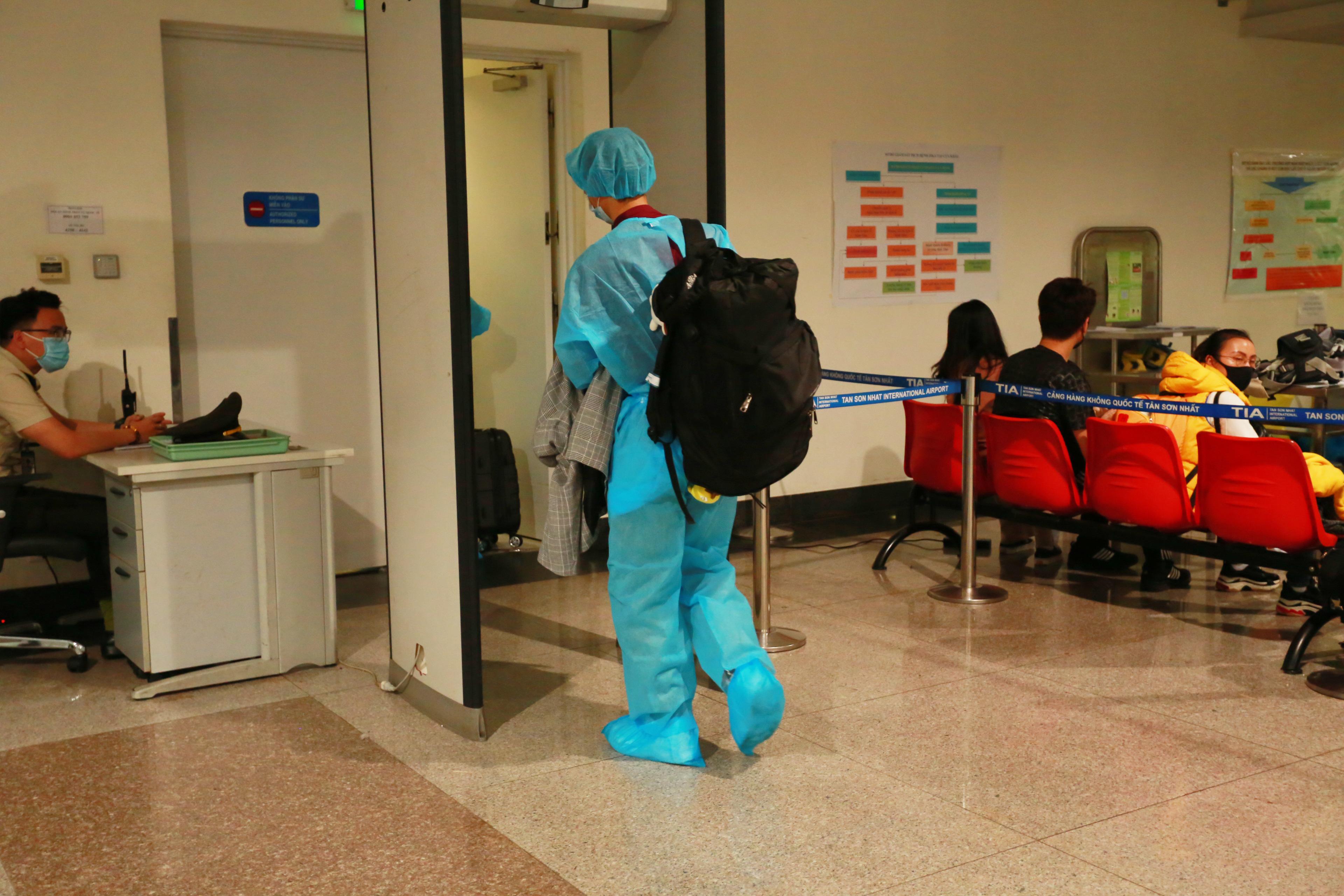 Những người này phải mặc đồ bảo hộ y tế và được đưa tới Bệnh viện Nhiệt Đới để kiểm tra ngay sau đó.