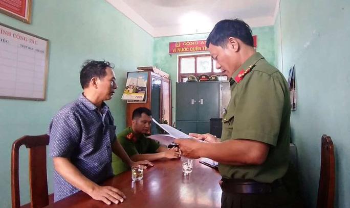 Công an tỉnh Quảng Bình đọc lệnh xử phạt một trường hợp vi phạm khi đăng tải thông tin thất thiệt trên Facebook