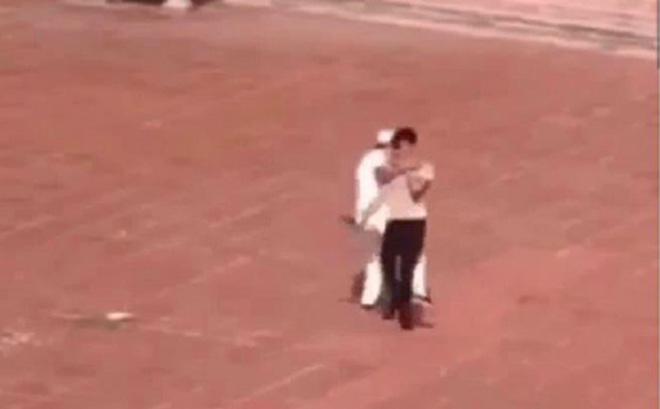 Nam thanh niên bị bảo vệ trường THPT Bắc Kiến Xương đánh và quật ngã ngay sân trường - Ảnh cắt từ clip.