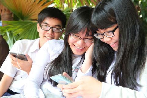 Dù việc cho phép học sinh dùng điện thoại thông minh trong lớp học có điều kiện đi kèm song theo chuyên gia vẫn khó kiểm soát được. Ảnh minh họa