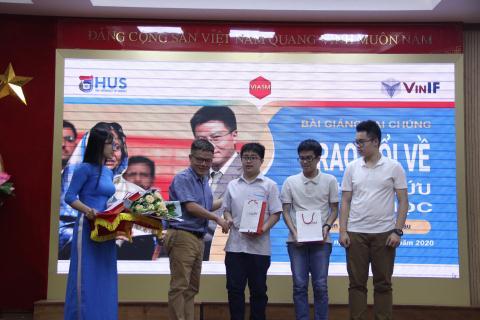 GS. Ngô Bảo Châu trao phần thưởng cho các em học sinh Trường THPT Chuyên Khoa học Tự nhiên đạt thành tích trong kỳ thi Olympic Toán quốc tế năm 2020. Ảnh: ĐH KHTN