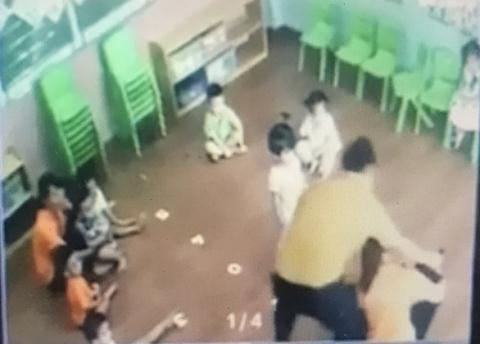 Người đàn ông xông vào lớp đánh bé gái 2 tuổi vì tranh đồ chơi của con mình