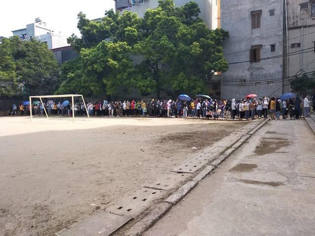 Sinh viên xếp thành hàng dài.