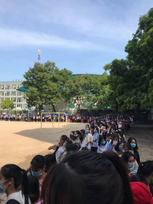 Choáng với cảnh sinh viên 1 trường đại học ở Hà Nội đứng dài cả km từ 6h sáng 1