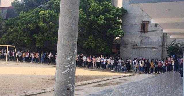 Choáng với cảnh sinh viên 1 trường đại học ở Hà Nội đứng dài cả km từ 6h sáng 5