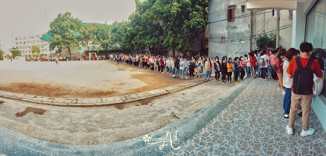 Choáng với cảnh sinh viên 1 trường đại học ở Hà Nội đứng dài cả km từ 6h sáng 4