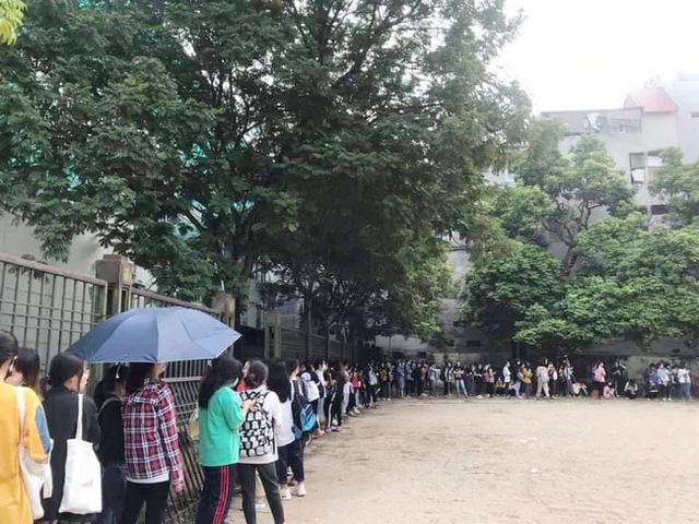 Choáng với cảnh sinh viên 1 trường đại học ở Hà Nội đứng dài cả km từ 6h sáng 6