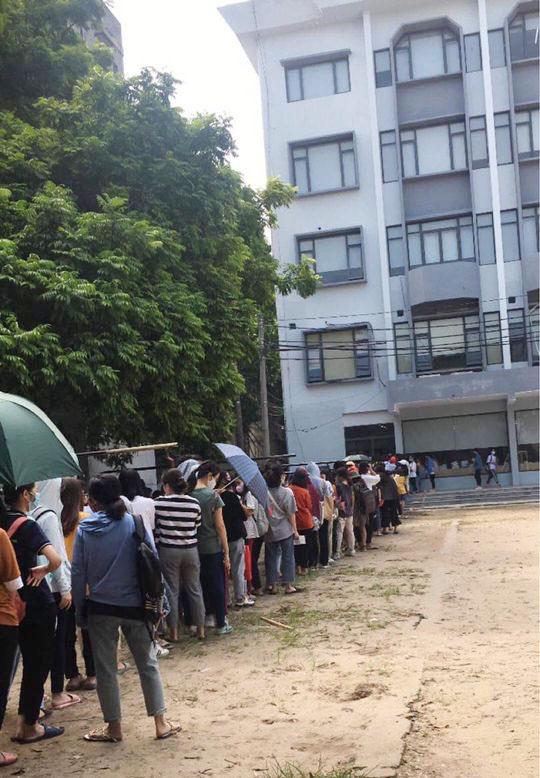Choáng với cảnh sinh viên 1 trường đại học ở Hà Nội đứng dài cả km từ 6h sáng 7