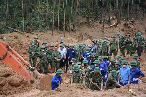 Đến 19 giờ 20 phút tối nay 15-10, tại xã Phong Xuân, huyện Phong Điền, tỉnh Thừa Thiên-Huế, lực lượng tìm kiếm cứu nạn ở Sở chỉ huy tiền phương Quân khu 4 đã tìm thấy 13 thi thể là các thành viên Đoàn cán bộ công tác gặp nạn hôm 12-10 - Ảnh: Báo QĐND