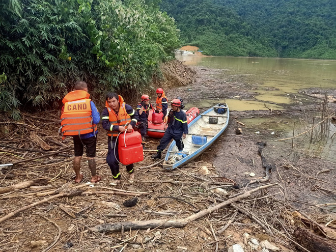 Để tiếp cận Thủy điện Rào Trăng 3, đầu tiên lực lượng cứu hộ phải di chuyển bằng thuyền. Ảnh: báo Thừa Thiên Huế