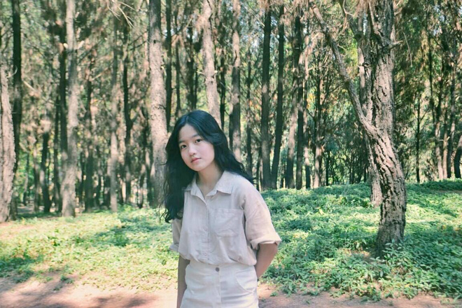 Dân mạng truy tìm danh tính cô gái Huế mặc áo mưa ngồi đàn hát giữa trời mưa ngập lụt 1