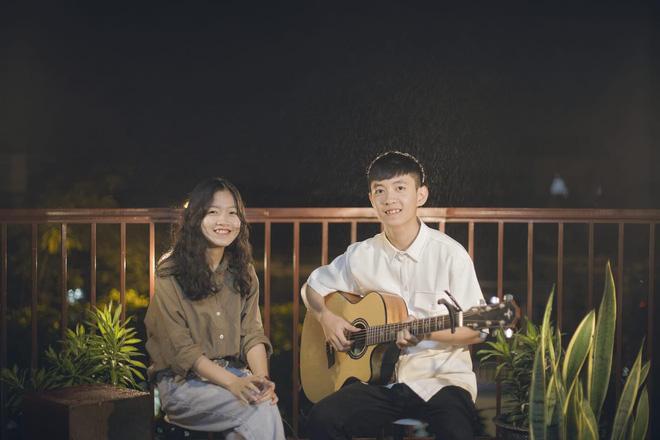 Dân mạng truy tìm danh tính cô gái Huế mặc áo mưa ngồi đàn hát giữa trời mưa ngập lụt 5