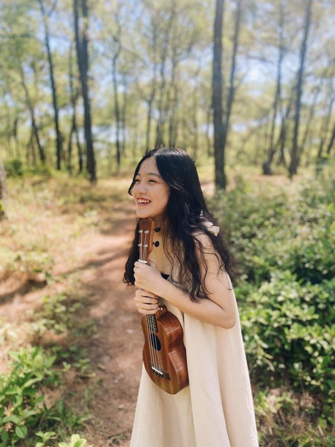 Dân mạng truy tìm danh tính cô gái Huế mặc áo mưa ngồi đàn hát giữa trời mưa ngập lụt 6