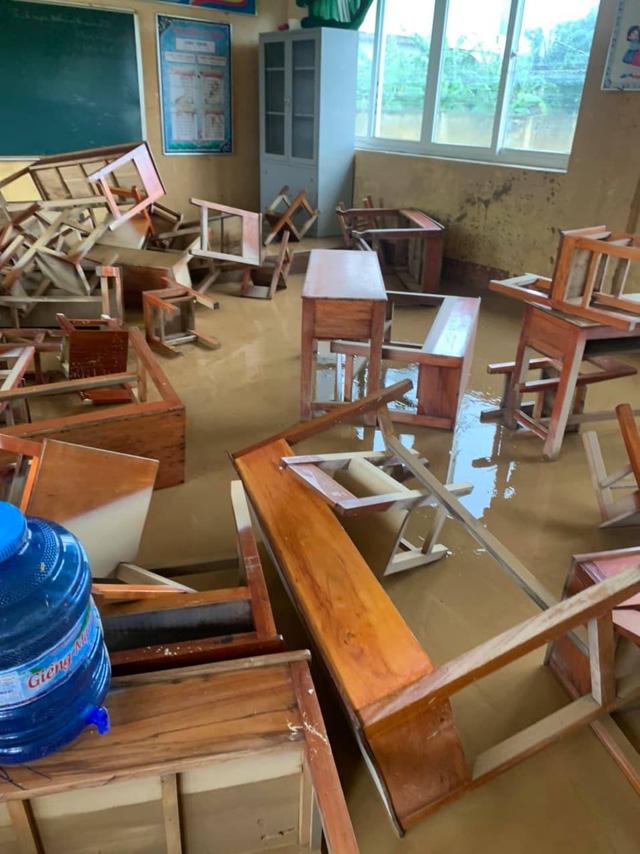 Nhiều trang thiết bị của các trường bị ngập, hư hỏng do lũ.