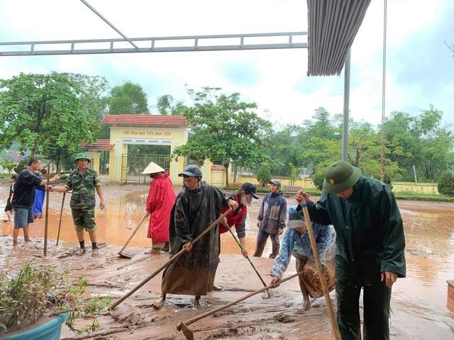 Các lực lượng chức năng cũng tham gia hỗ trợ nhà trường dọn dẹp sau lũ.