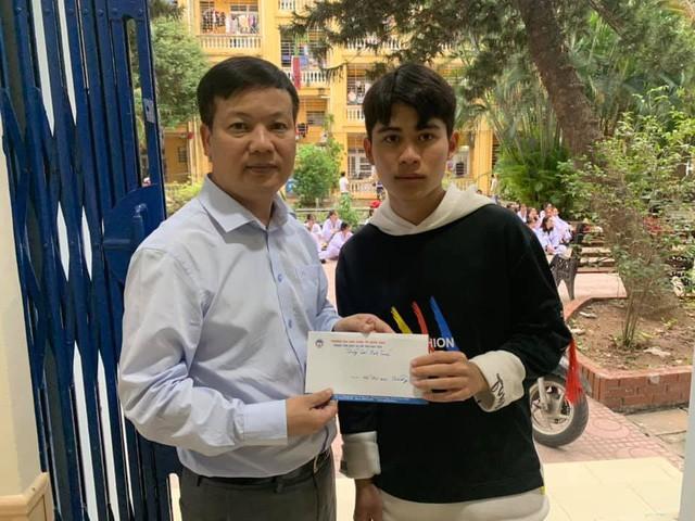 Sinh viên Nguyễn Nam Trường (gia đình sinh sống tại huyện Quảng Trạch, tỉnh Quảng Bình) nhận hỗ trợ từ hoạt động quyên góp của cán bộ, giảng viên, nhân viên Trường ĐH Kinh tế Quốc dân. Ảnh: NVCC