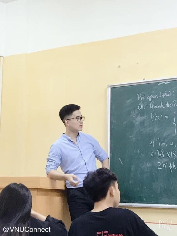 Bức ảnh chụp vội nhưng vẫn toát lên vẻ lịch lãm, điển trai vốn có của thầy giáo