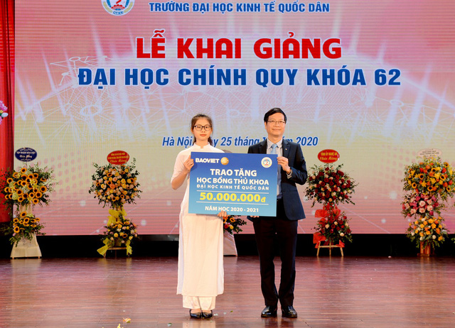 Thủ khoa khối A00 với tổng điểm 29.25 được nhận 50 triệu đồng tiền thưởng của nhà trường