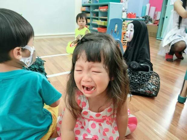 Cô bé khiến bạn bè khóc thét.