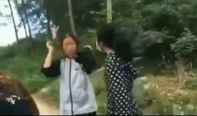 M. (mặc áo trắng) bị bạn học cùng trường dũng mũ bảo hiểm đánh liên tiếp vào đầu (ảnh cắt từ clip)