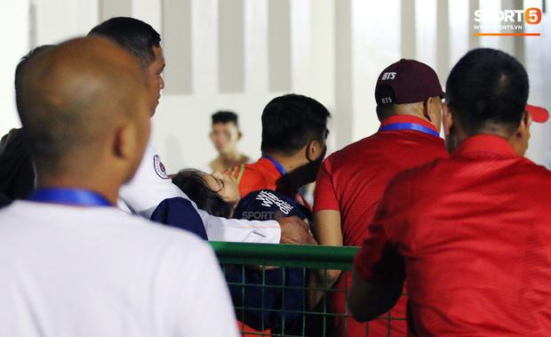 Nữ tình nguyện viên phải đi cấp cứu trong trận U22 Malaysia gặp U22 Timor Leste. Ảnh: Hiếu Lương.