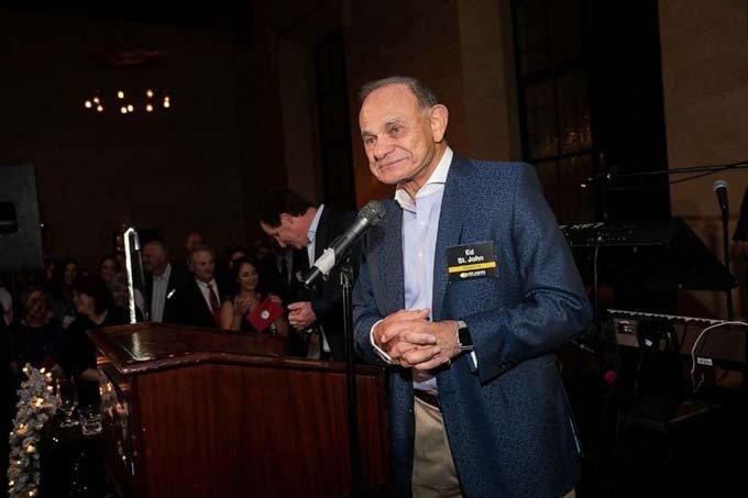 Ông chủLawrence Maykrantz phát biểu tại bữa tiệc cuối năm.