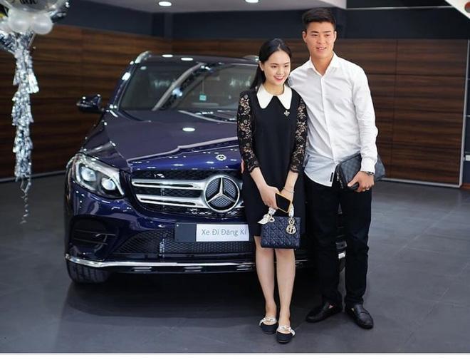 Chiếc xe này vợ chồng anh mới mua thời gian gần đây.