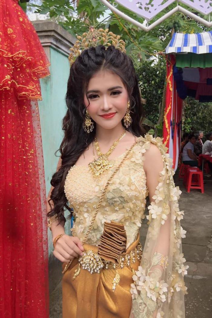 Nhan sắc cô dâu vô cùng xinh đẹp, cùng với đó là nụ cười khả ái, hiền lành đã chiếm trọn thiện cảm từ dân mạng.