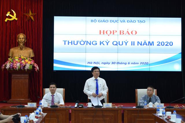 Thứ trưởng Bộ Giáo dục và Đào tạo Nguyễn Hữu Độ phát biểu tại họp báo.