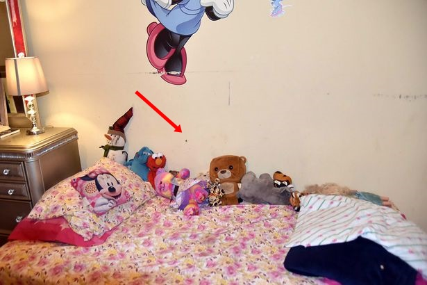 Sau vụ nổ súng, cảnh sát đăng tải bức ảnh chụp căn phòng của một bé gái cùng chi tiết chết người để cảnh báo mọi người 0