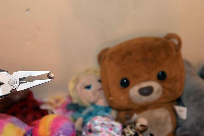 Bức tường với viên đạn đi lạc có thể khiến bé gái thiệt mạng.