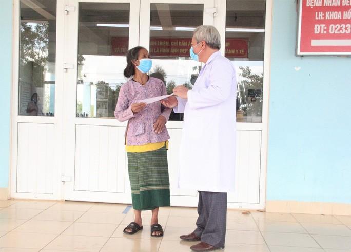 Bác sĩ Trương Huyền Trường, Giám đốc Bệnh viện Chuyên khoa Lao và Bệnh phổi tỉnh Quảng Trị trao giấy xác nhận cho bà X.