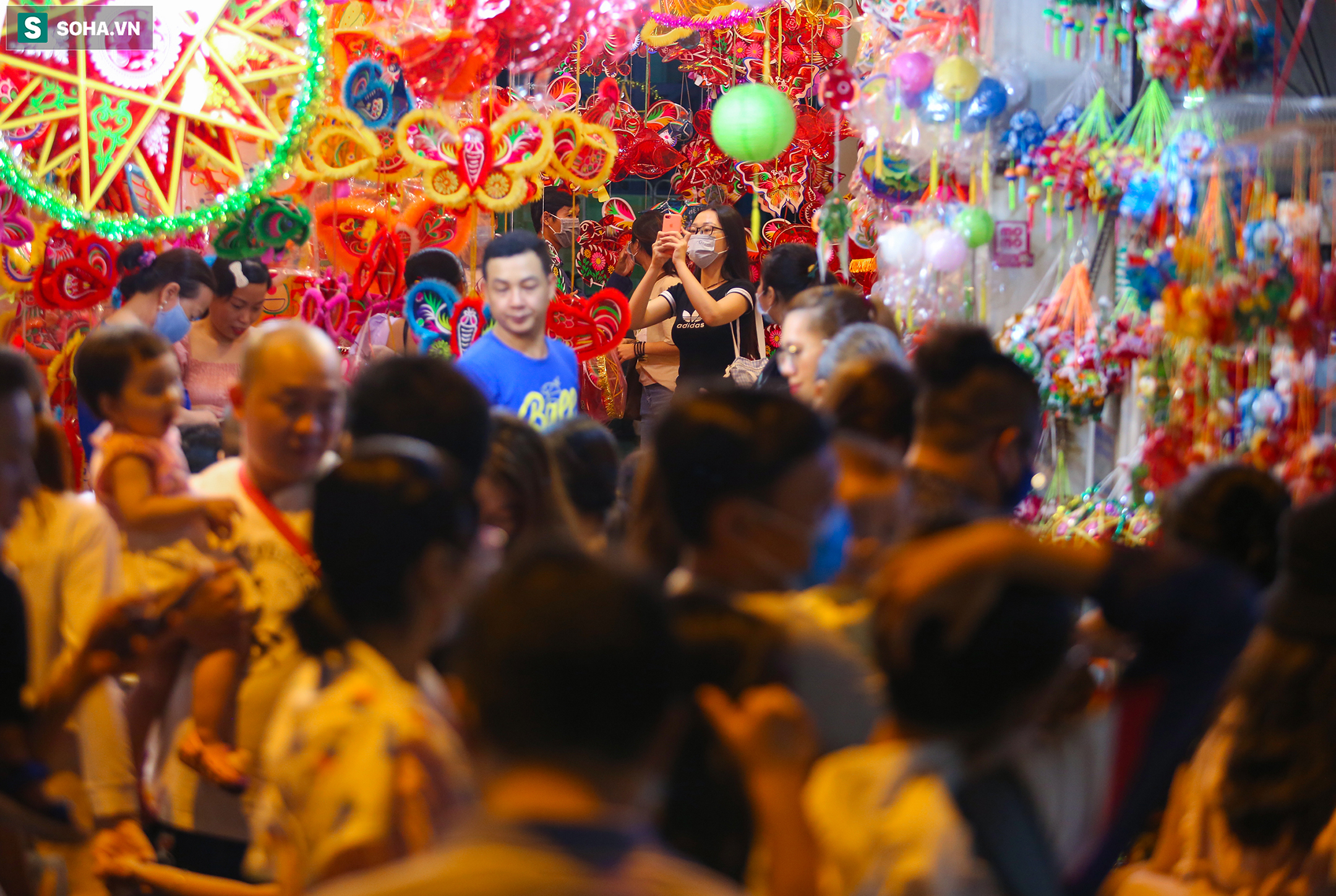Chỉ còn vài ngày nữa là tới Trung thu, phố đèn lồng trên đường Lương Nhữ Học (quận 5, TP.HCM) trở nên đông đúc, nhộn nhịp hơn khi người dân đổ về mua sắm, check-in.