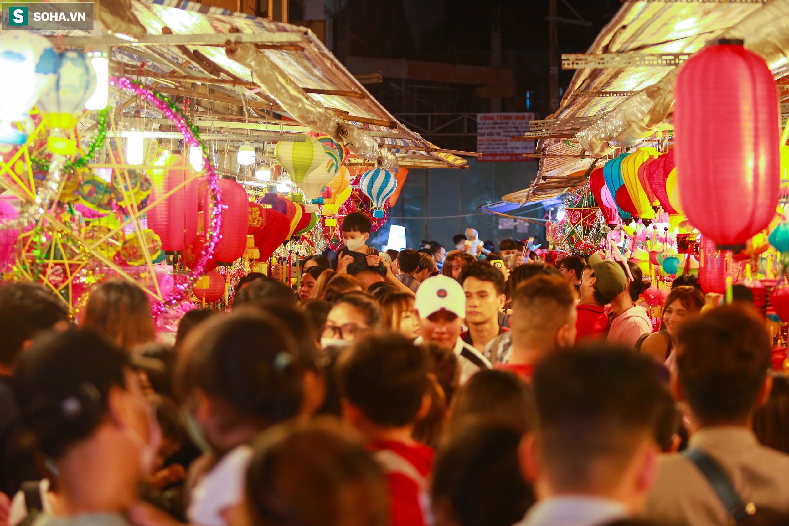 Từ 19h tới 22h đêm, con phố này luôn trong tình trạng chật kín người. Nhất là thời điểm ngày cuối tuần, lượng khách tăng mạnh.