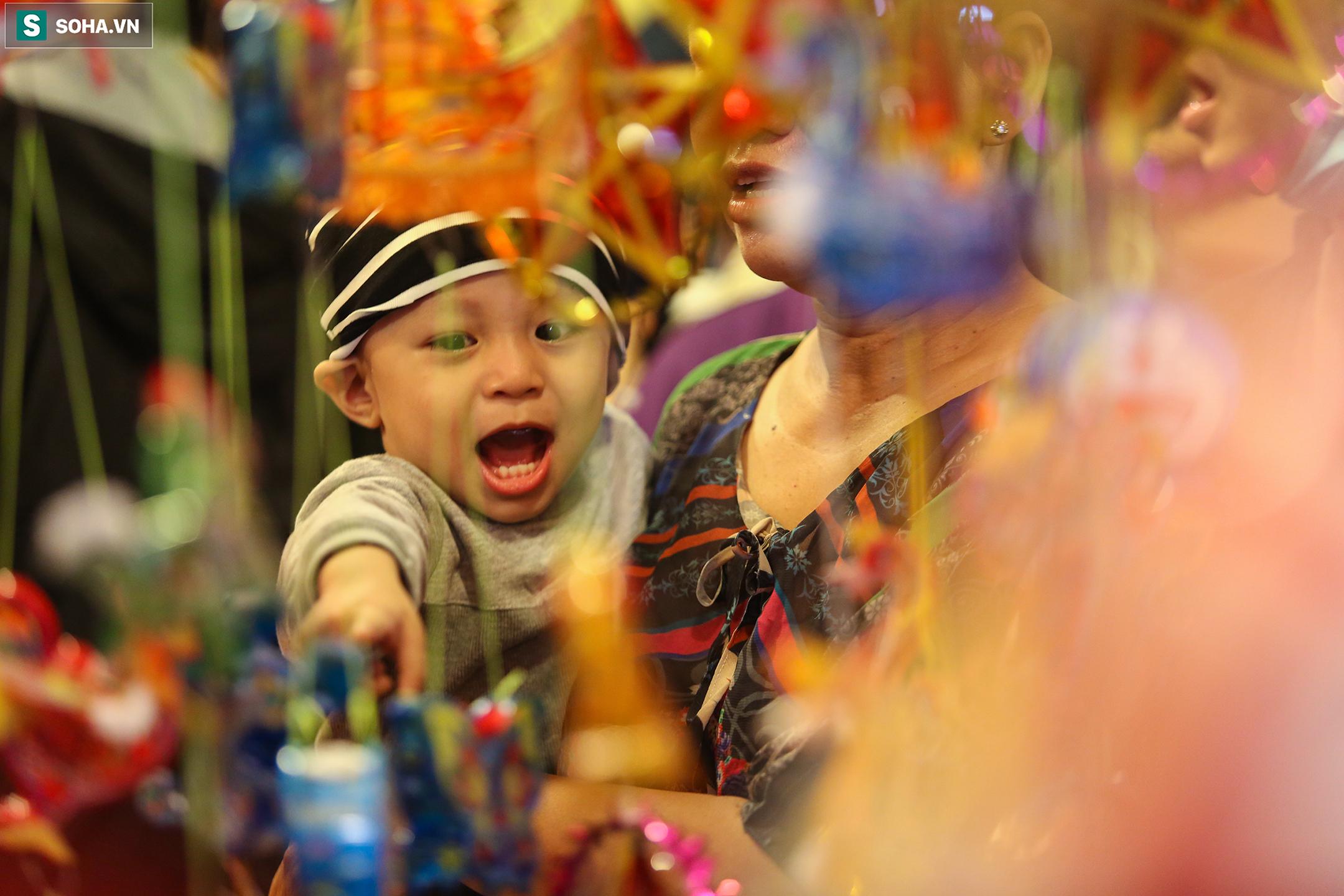 Trẻ nhỏ tỏ ra thích thú khi được cha mẹ đưa xuống phố vui chơi, mua đèn lồng cho dịp Trung thu.