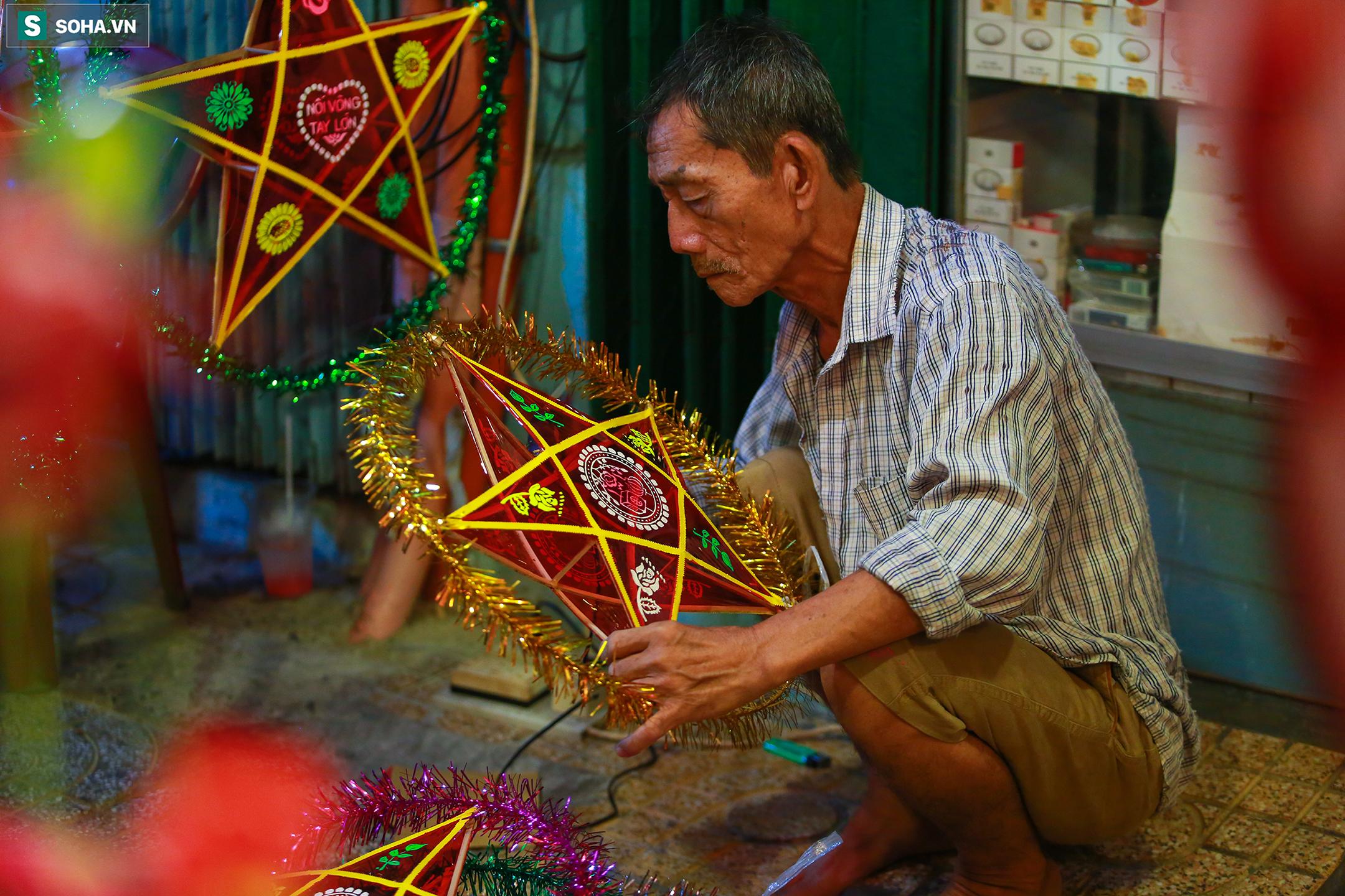 Ông Huỳnh Ngọc Sang (70 tuổi) vẫn đang tất bật làm thêm nhiều đèn lồng để bán cho khách dù đã 21h đêm: 'Tôi làm đèn ở đây đã hơn 20 năm rồi, năm nào tới dịp này cũng phấn khởi, vì thu nhập của gia đình tăng thêm, không khí nhộn nhịp của khu phố cũng khiến người dân ở đây háo hức, vui vẻ hơn' - ông Sang nói.